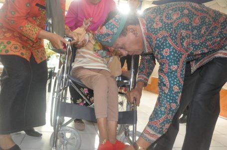 Peringati Hari Disabilitas Internasional, Sekda Beri Bantuan Penyandang Disabilitas