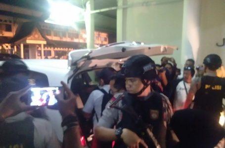 Dua Tas Besar dan 1 Kardus Dibawa Oleh KPK dari Kantor Gubernur
