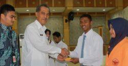 Siswa SMK dan Mahasiswa Tanjabbar Terima Uang Jutaan Rupiah